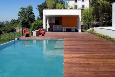 Piscine design contemporaine pas cher photos transat mobilier piscines a debordement de luxe for Piscine design contemporaine